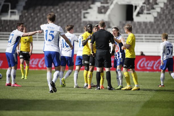 Daniel Carrillo (tuomaria vastapäätä) keskusteli kiivaasti tuomarin kanssa. HJK:n pelaajat vaativat miehelle keltaista korttia eli ulosajoa.