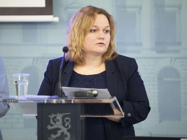 Perhe- ja peruspalveluministeri Krista Kiuru (sd) ei yhdy hallituksen asettaman tiedepaneelin näkemykseen kasvomaskien hyödyllisyydestä.