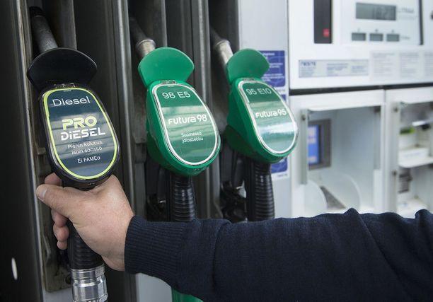 Dieselin tankkaaminen on nyt kallista.