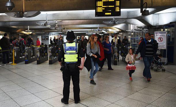 Poliisi partioi Lontoon metrossa Parsons Greenin iskun jälkeen.