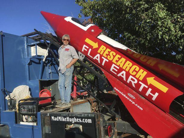 Mike Hughes rakettinsa kanssa viime keskiviikkona.
