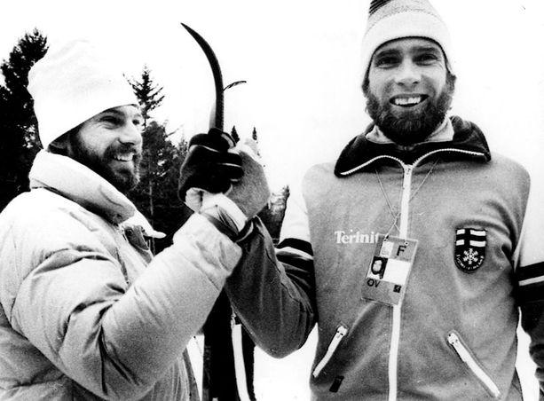 Tässä nuo kuuluisat sukset ovat Miedon (oik.) ja Thomas Wassbergin välissä.