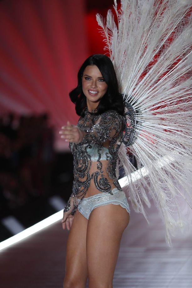Adriana heitti viimeisen Victoria's Secret -näytöksensä viime torstaina New Yorkissa.
