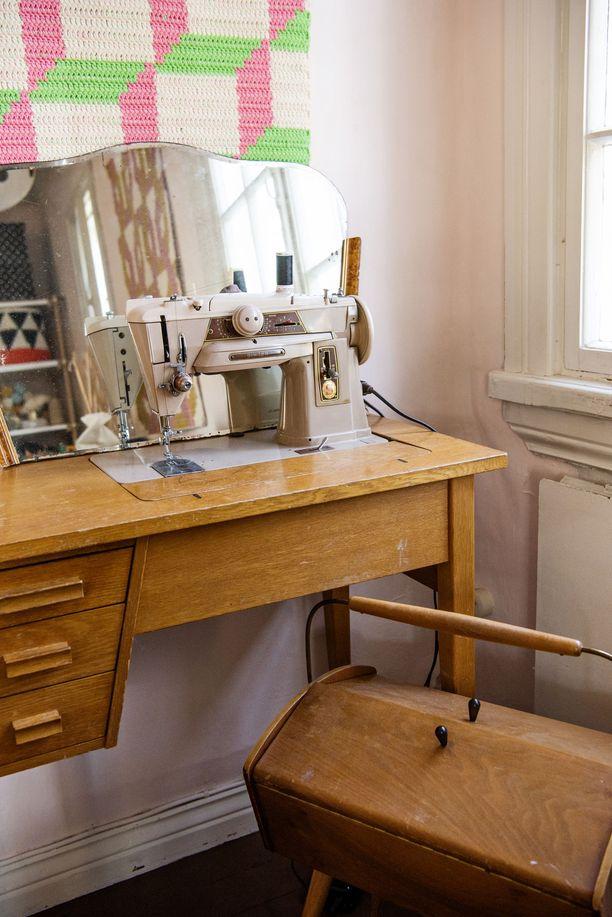 Singerin ompelukone on 50-luvulta ja yhä Mollan ahkerassa, lähes päivittäisessä käytössä. Kone toimii moitteettomasti.