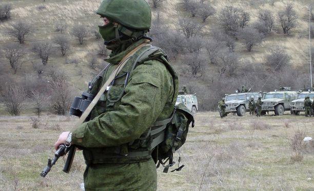 """Krimin valtaus keväällä 2014. Tunnukseton sotilas - """"vihreä mies"""" - lähellä Sevastopolin laivastotukikohtaa. Tunnuksettomat sotilaat olivat Venäjän asevoimien taistelijoita, vaikka alkujaan väitettiin muuta."""