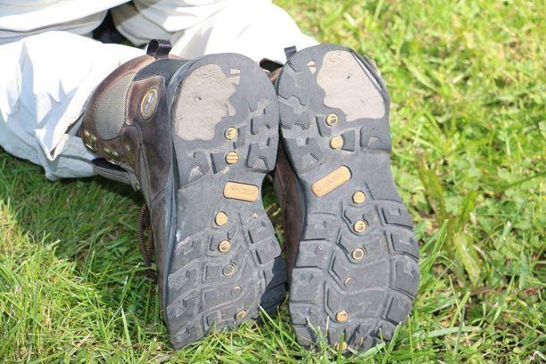 Näillä kengillä on kävelty melkein 700 kilometriä. Päivän etappiin, 30–50 kilometriin, kului 10–12 tuntia.