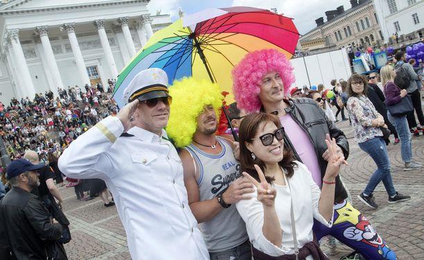 Myös sateenvarjot olivat lauantaina sateenkaaren väreissä.