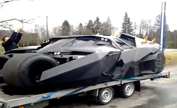 Lukijan kuvaamalla videolla Batmobile Parkanossa.