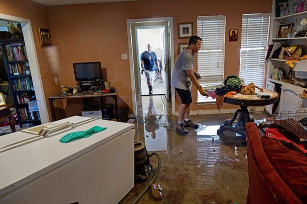 Paluu kotiin evakosta. Paikallisia on kehotettu kuivaamaan kotinsa mahdollisimman hyvin homevahinkojen minimoimiseksi.