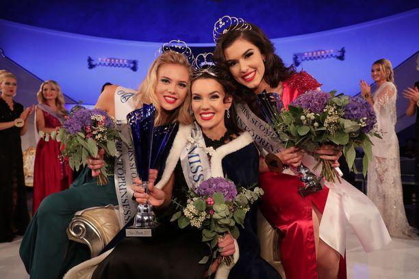 Miss Suomi 2017 Michaela Söderholm (kesk.) sai kruununsa lokakuun alussa. Hän luovuttaa kruunun seuraajalleen syksyllä 2018. Kuvassa perintöprinsessat Pihla Koivuniemi (vas.) ja Adriana Gerxhalija.