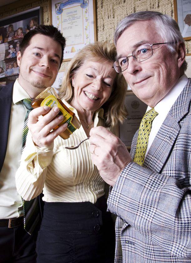 Kari (oik.), Leena ja Kimmo Koivulehto syövät hunajaa päivittäin.