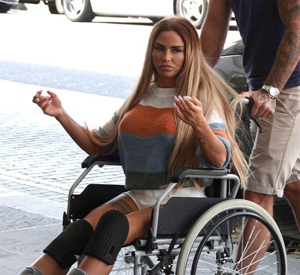Katie Price palasi Turkin-lomaltaan pyörätuolissa.