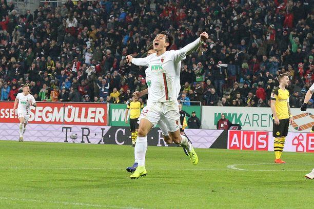 Augsburgin Dong-Won Ji upotti sarjajohtaja Dortmundin.