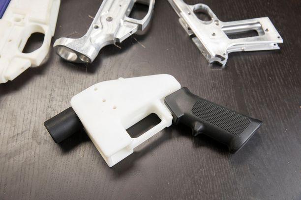 """Texasilainen Defense Distributed jakaa netissä vapaasti ohjeita siihen, miten aseita voi itse printata. Etualalla heidän kokonaan muovista tehty aseensa """"The Liberator""""."""
