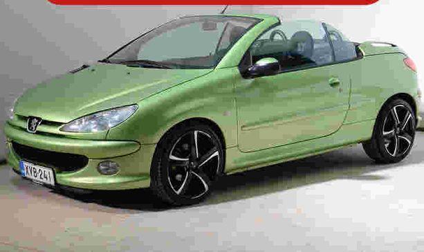 Peugeot 206 CC on varustettu taittuvalla kovakatolla, joten autolla pärjää talvellakin.