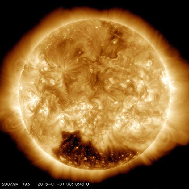 Koronan aukko näkyy isona tummana alueena auringon eteläpuolella.