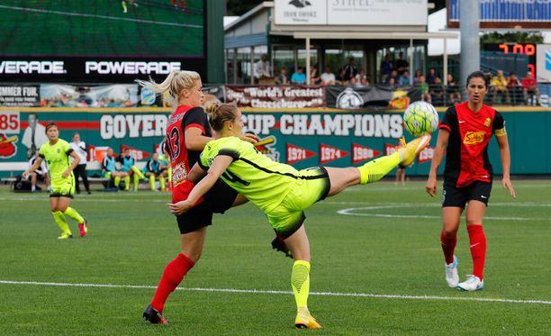 Western New York Flash ja Seattle Reign FC pelasivat lauantaina liian pienellä kentällä.