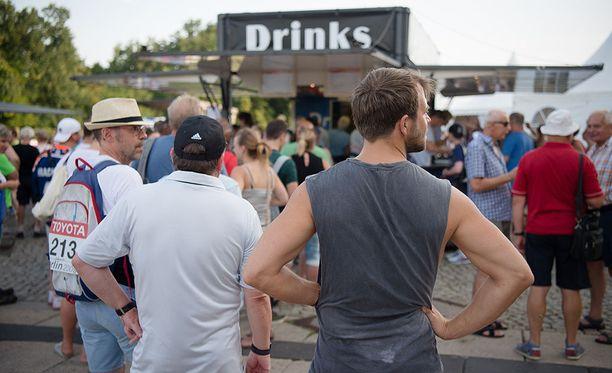 Juomakojuille oli pisimmät jonot.