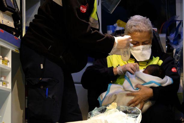 Terveydnhoitohenkilöstö huolehti kesken pelastusoperaation syntyneestä vauvasta.