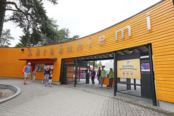Särkäniemen porteista kulkee joka vuosi satojatuhansia vieraita.