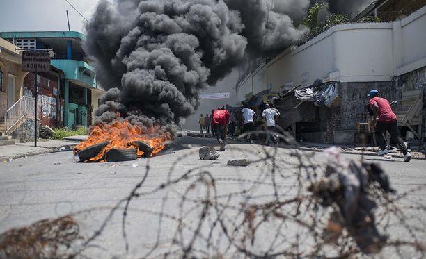 Verojen nostaminen ja muut hallituksen taloustoimet synnyttivät Haitissa isoja protesteja syyskuussa. Sadat ihmiset kapinoivat hallituksen suunnitelmia vastaan Port-au-Princessä.