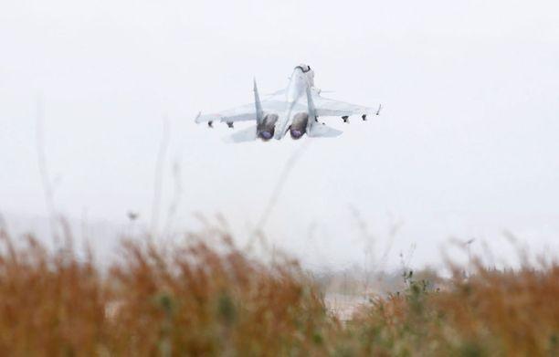 Su-35-hävittäjä nousemassa ilmaan Hmeimimistä.
