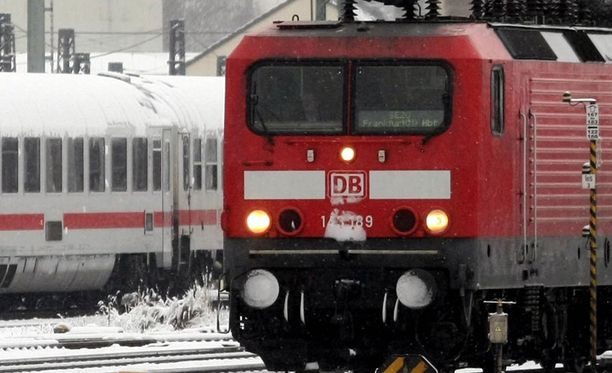Mies luikahti veturin taakse Berliinissä, kun asemahenkilökunnan silmä vältti. Kuvan junat eivät liity tapaukseen.