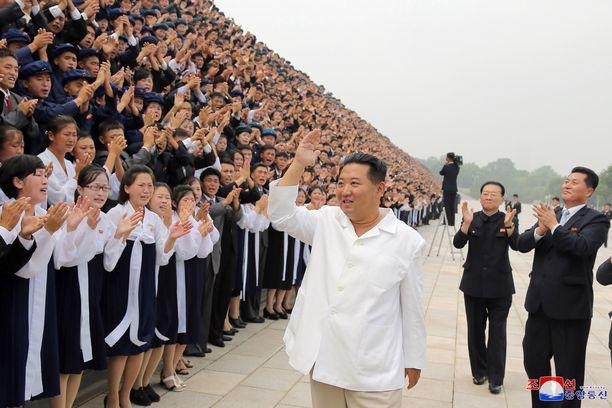 Pohjois-Korean diktaattori Kim Jong-un tervehti kansaa tiistaina Pyongjangissa.