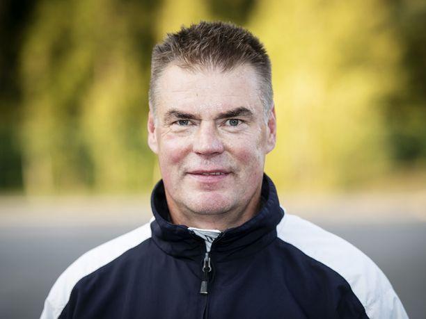 Raimo Helminen kolasi Koikkarin kentän puhtaaksi, jotta lapset ja nuoret pääsivät pelaamaan.