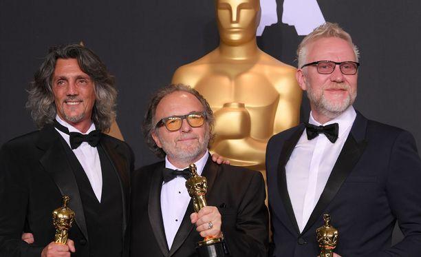 Oscarin maahanmuuttajille omistanut Bertolazzi kuvassa keskellä.