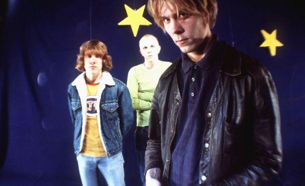 Apulannan kenties tunnetuin kokoonpano: rumpali Sipe Santapukki, laulaja-kitaristi Toni Wirtanen ja basisti Tuukka Temonen. Kuva vuodelta 1998.