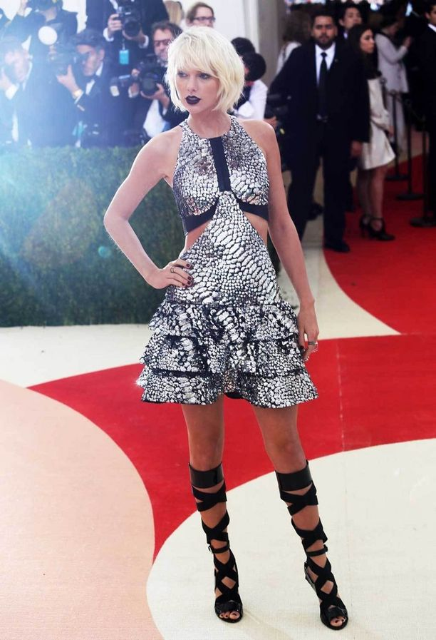 Taylor Swiftin käärmekuvioinen asu keräsi huomiota ja kehuja – mutta näyttääkö se sittenkin pissismäiseltä?