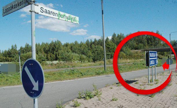 Ohikulkijat löysivät nuoren miehen ruumiin tien poskesta. Löytökohta osoitettu nuolella