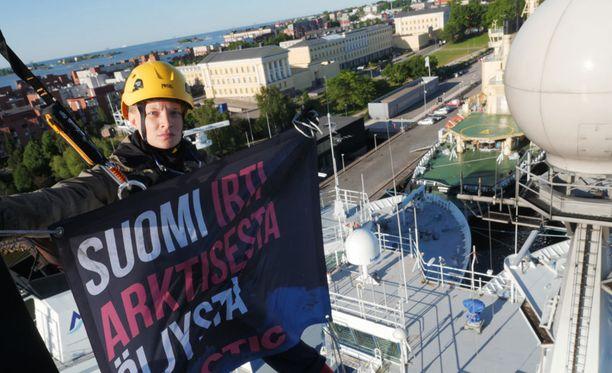 Greenpeacen aktivistit kiipesivät Helsingin Katajanokan laiturissa olevan jäänmurtaja Otson mastoon varhain tiistaiaamuna.