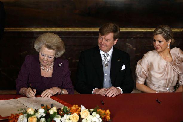 Kuningatar Beatrix luopui virallisesti vallasta tiistaina aamupäivällä. Vallanvaihto vahvistettiin allekirjoituksin.