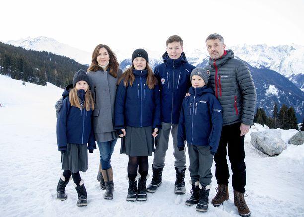 Kruununprinssi Frederik perheineen Sveitsissä talvella 2020.