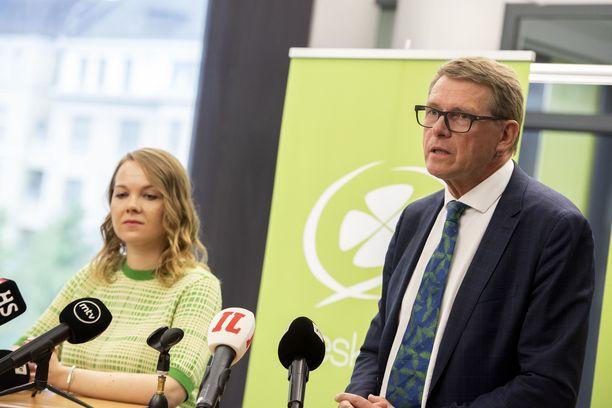 Katri Kulmuni (kesk) ja Matti Vanhanen (kesk) jakoivat yhteneväiset mielipiteet työllisyystoimiaikatauluista.