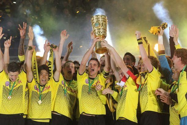Dortmundin Sebastian Kehl kohotti pokaalin ilmaan.