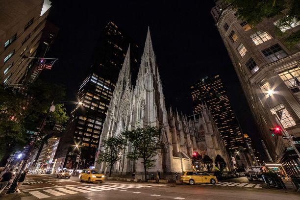 Pyhän Patrikin tuomiokirkko sijaitsee vastapäätä Rockefeller Centeriä Viidennellä Avenuella Manhattanilla New Yorkissa.