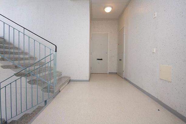 PELÄSTYS Nainen ja kolme lasta kokivat kauhunhetkiä oululaisessa asunnossa, kun mies ampui rappukäytävästä haulikolla oveen.