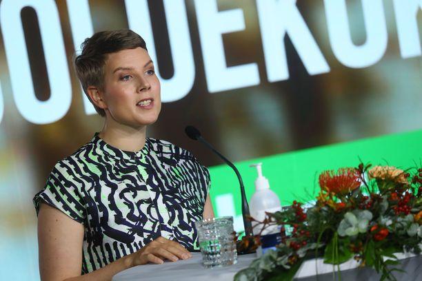 Vihreiden eduskuntaryhmän puheenjohtaja Jenni Pitko moittii uuden kaivoslain valmistelua.