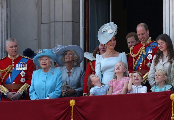 Kuningatar Elisabet määrää kaapin paikan brittihovissa.