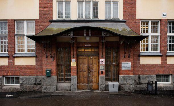 Epäillyt rikokset ovat tapahtuneet vuosina 2009 ja 2013 Kupittaan sairaalan vanhuspsykiatrian osastolla.