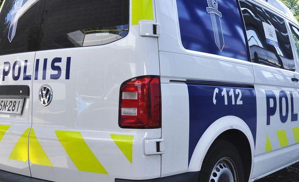 Poliisi etsii pizzerian ryöstöstä epäiltyjä nuorehkoja miehiä.