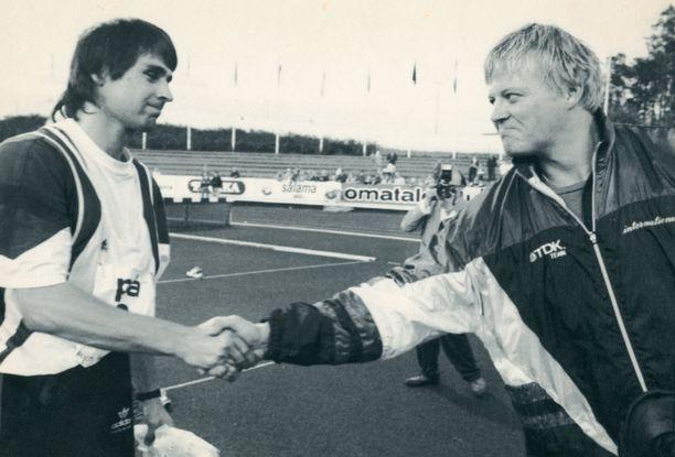 Jan Zelezny (vas.) ja Seppo Räty paiskasivat kättä vuonna 1992 Lahden eliittikisoissa.