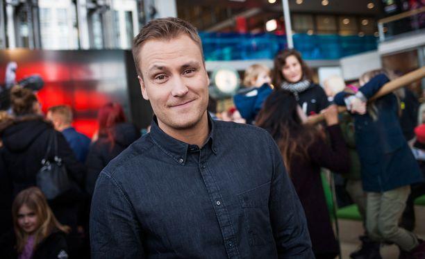 Heikki Paasonen juontaa parasta aikaa The Voice of Finland -ohjelmaa.