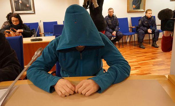 16-vuotiaan tytön murhasta syytetty nuorukainen peitti kasvonsa käräjäoikeudessa.