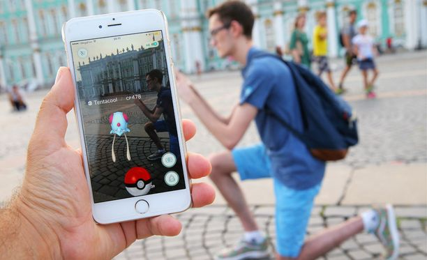Vaikka Pokemon Go'ta ei ole julkaistu Venäjällä vielä virallisesti, monet pelaajat ovat asentaneet itselleen pelin versioita muilta alueilta. Kuva Pietarin Palatsiaukiolta.