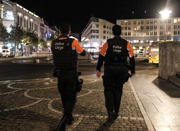 Poliisi valvoi katuja Liègessä Belgiassa lauantaina.