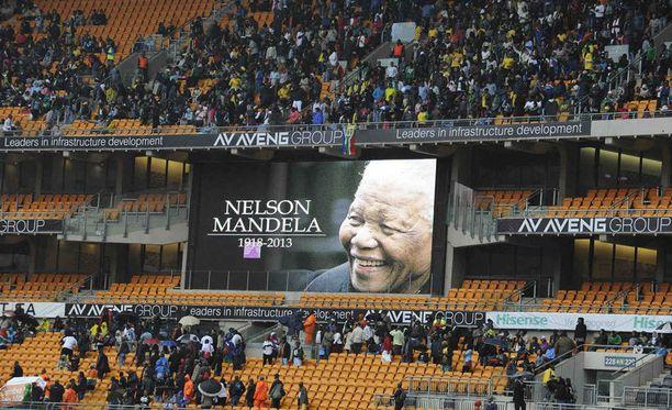 Ihmisiä virtasi Nelson Mandelan muistotilaisuuteen Soweton stadionille.